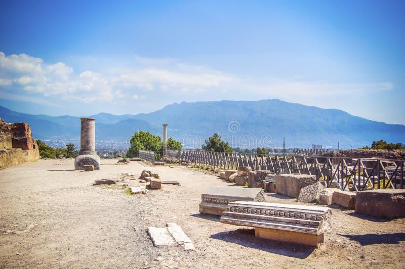 Panoramiczny widok antyczny miasto, rujnować antyczne kolumny Vesuvius i wulkan, Pompeii Scavi di Pompei, Naples, Włochy obrazy stock