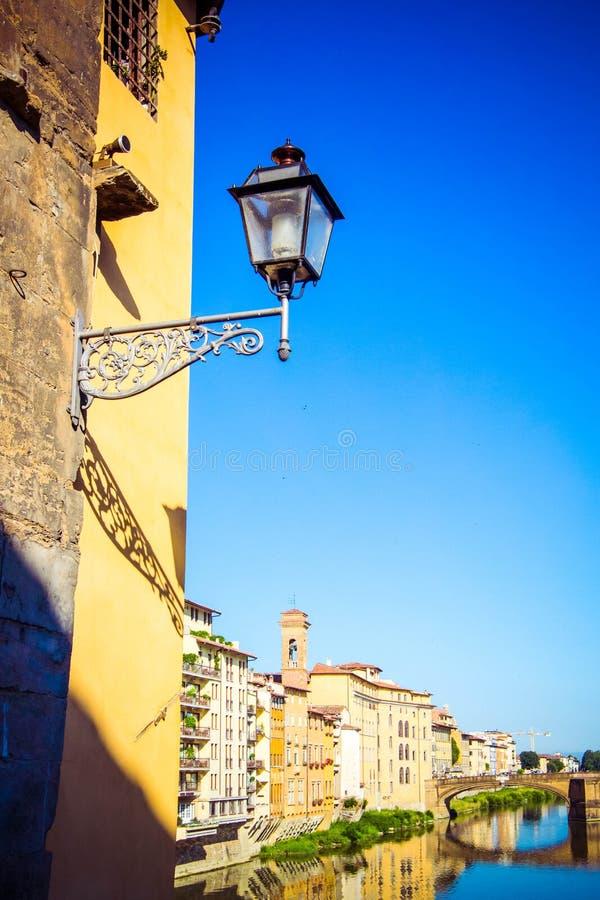 Panoramiczny widok Arno rzeka, Vasari korytarz kamienny średniowieczny bridżowy Ponte Vecchio i odbicie, Florencja, Tuscany, Włoc zdjęcie royalty free