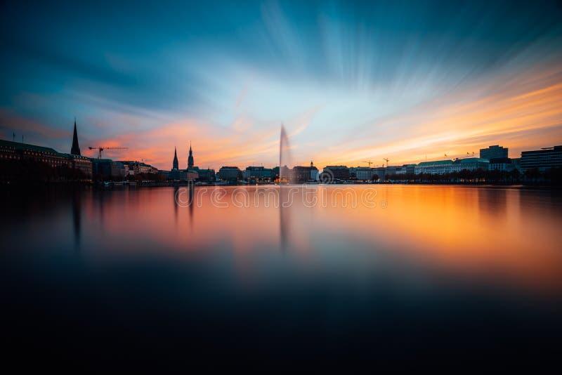 Panoramiczny widok Binnenalster, Wewnętrzny Alster jezioro w wieczór świetle przy zmierzchem, złotym i błękitnym, Hamburg, Niemcy obraz royalty free