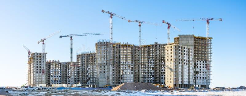 Panoramiczny widok budowa z wysokimi żurawiami mieszkaniowi domy w microdistricts obrazy royalty free