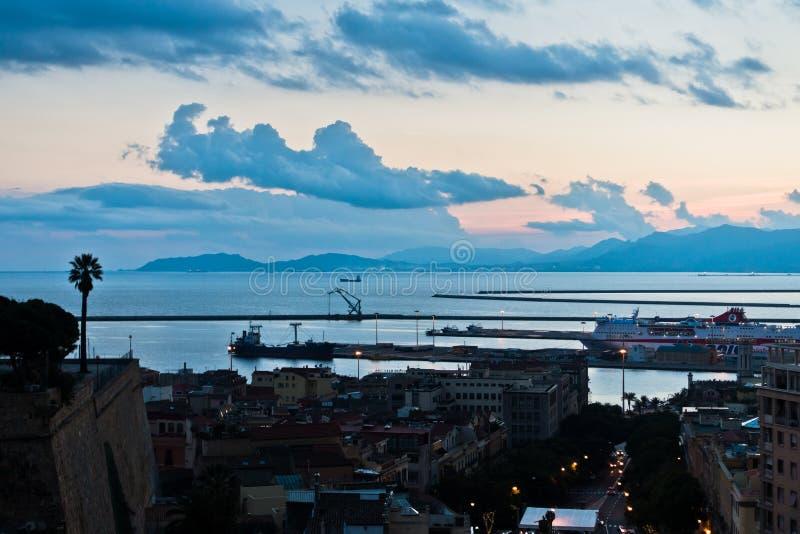 Panoramiczny widok Cagliari śródmieście przy zmierzchem w Sardinia obrazy stock