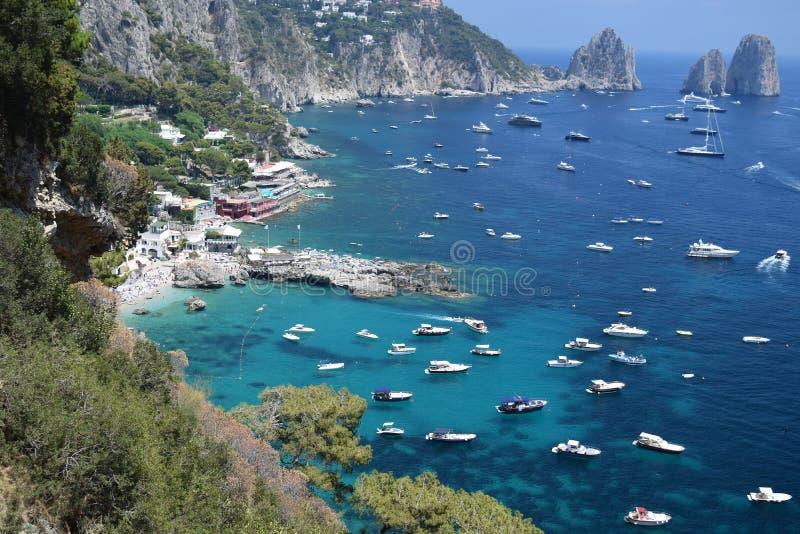 Panoramiczny widok Capri linia brzegowa z Faraglioni kołysa, Capri, Włochy fotografia stock