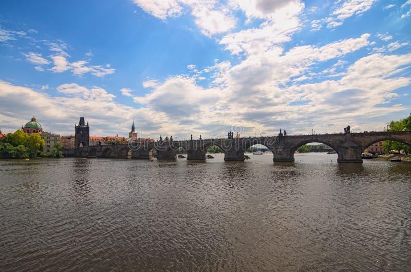 Panoramiczny widok Charles most w Praga w pięknym wiosna dniu Selekcyjna ostrość z szerokim kąta obiektywem Praga cesky krumlov r obraz royalty free