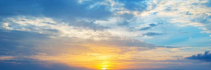 Panoramiczny widok chmurny niebo przy zmierzchem obrazy stock
