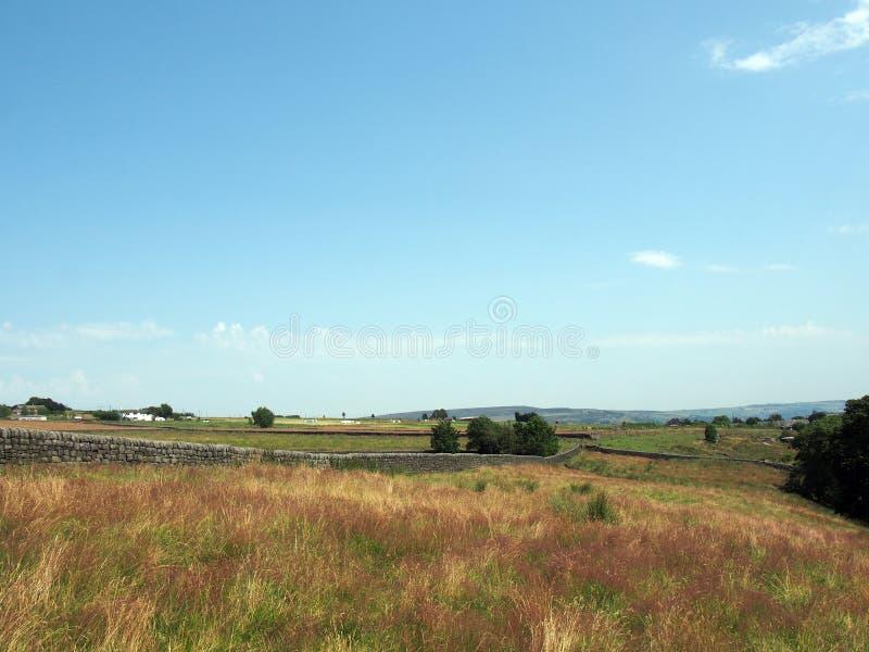 Panoramiczny widok długa kamienna ściana między trawą zakrywającą odpowiada blisko blackshaw głowy w zachodzie - Yorkshire z odle fotografia royalty free