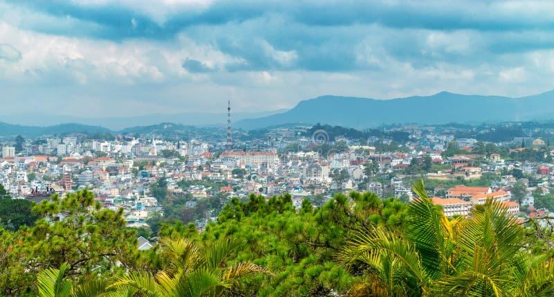 Panoramiczny widok Dalat z chmurnym niebem i tropikalnymi palmami przed tropikalnym deszczem zdjęcia stock