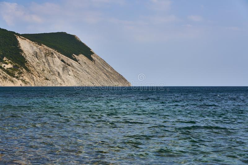 Panoramiczny widok denna powierzchnia od wybrzeża Na lewicie jest skałą Czarny morze, Supseh, Anapa, Krasnodar region, Rosja zdjęcie stock