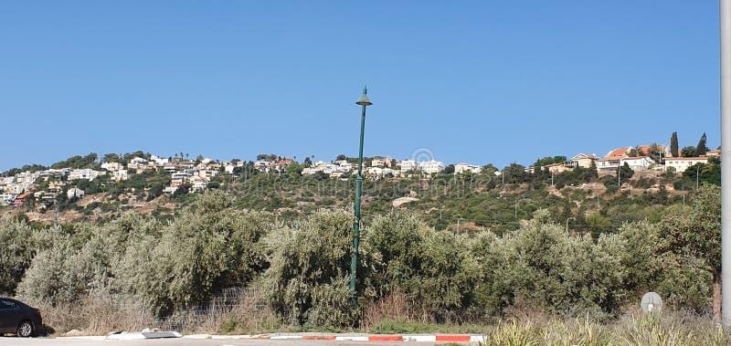 Panoramiczny widok domy Zichron Yaacov Maayan Zvi w Izrael i kibuc, 2019, lato czas zdjęcia royalty free