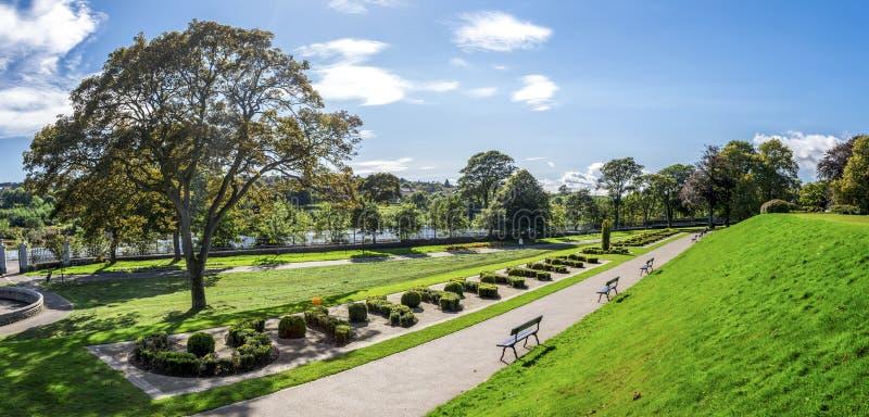 Panoramiczny widok Duthie parka aleja z rzecznym Dee i McGrigor obeliskiem, Aberdeen zdjęcie stock