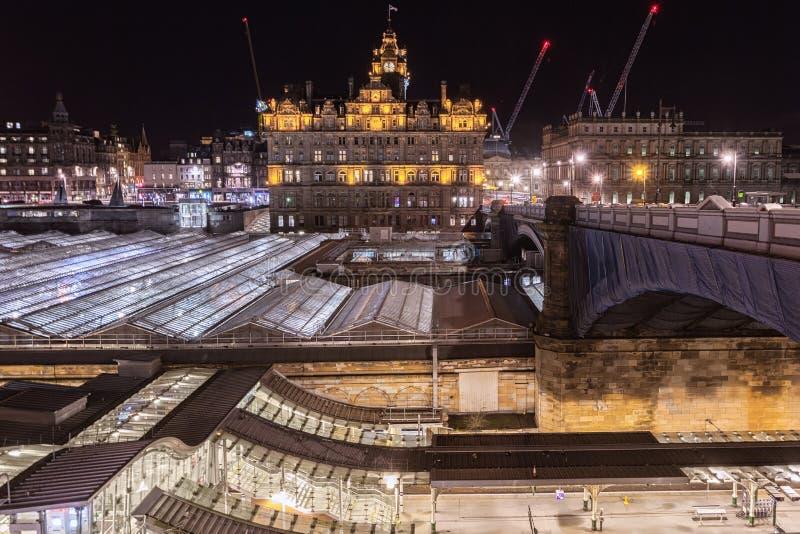 Panoramiczny widok Edynburg z budynkami i Waverley stacją kolejową obraz royalty free