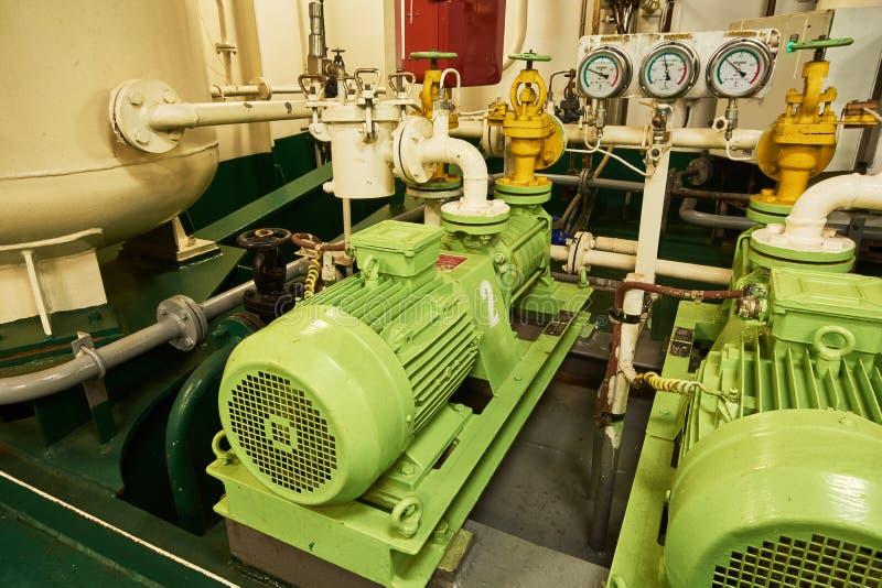 Panoramiczny widok elektryczni silniki na handlowym statku w parowozowym pokoju fotografia royalty free