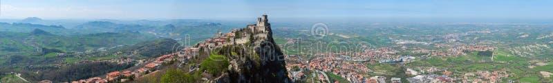 Panoramiczny widok forteca Guaita w San Marino republice od Cesta wierza zdjęcie stock