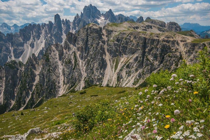 Panoramiczny widok góra odwrót w włoskich dolomitach obrazy royalty free
