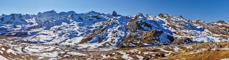 Panoramiczny widok górna Tena dolina w hiszpańszczyznach Pyrenees od wschodnich skłonów do Portalet przełęcza przy dobrem Anayet  zdjęcie stock