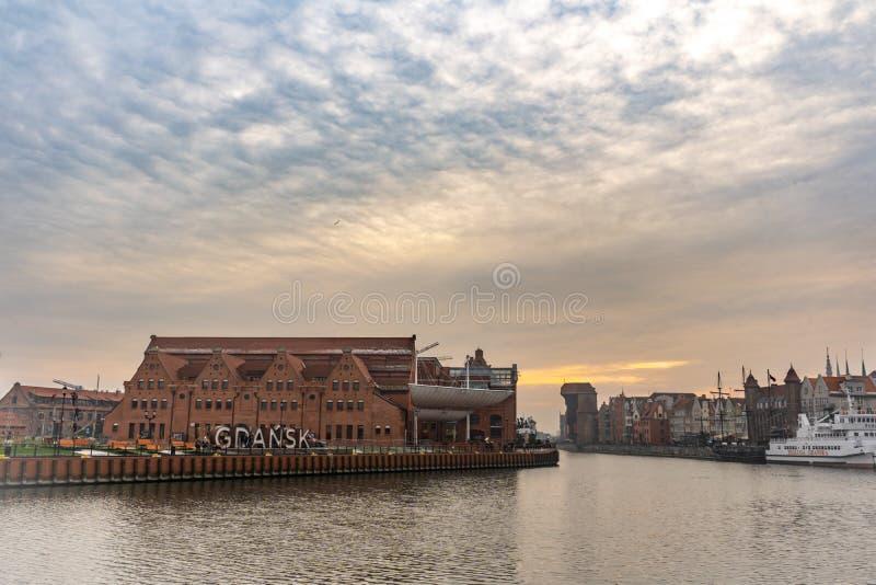 Panoramiczny widok Gdański stary miasteczko od kanałowego banka, Polska obraz royalty free