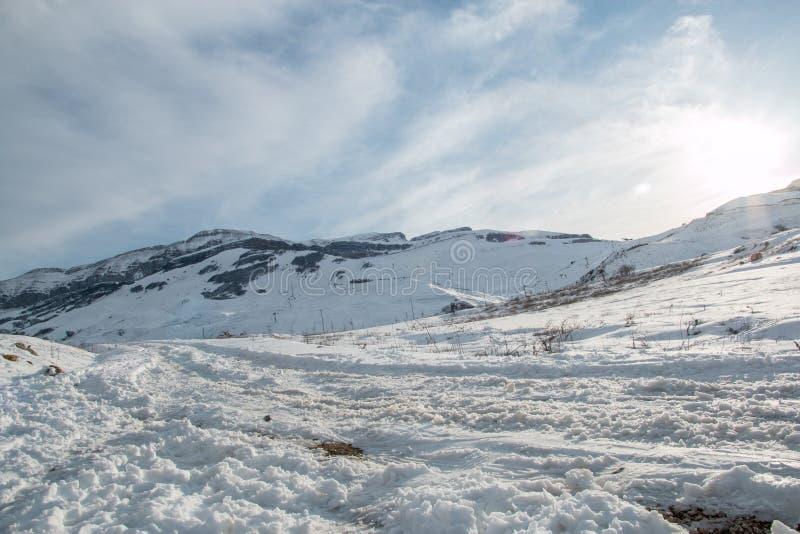 Panoramiczny widok halny zima krajobraz z śnieżnym szczytem obrazy stock