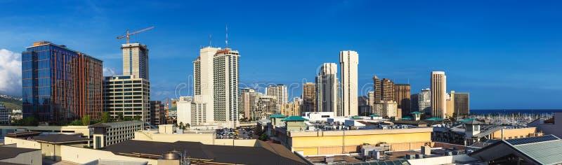 Panoramiczny widok Honolulu śródmieście z drapaczami chmur i niebieskim niebem obrazy stock