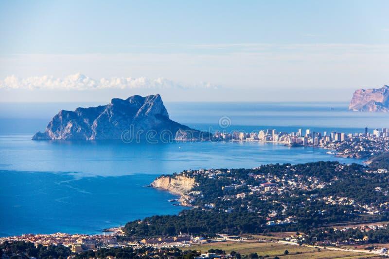 Panoramiczny widok Ifach Naturalnego parka, «Penon De Ifach «lub Calpe Rockowy miasto w Hiszpania obrazy stock