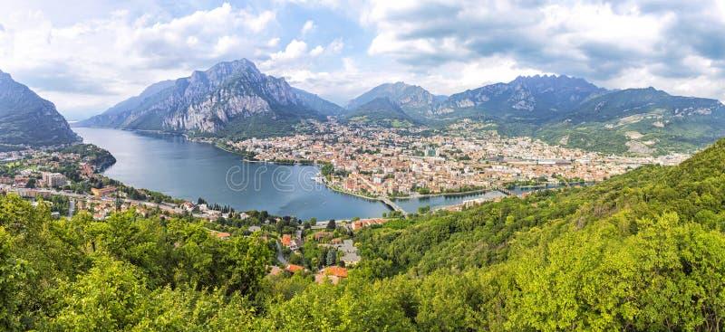 Panoramiczny widok Jeziorny Como i Lecco miasto, Włochy obraz stock