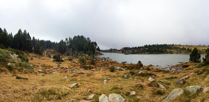 Panoramiczny widok jezioro i las w jesieni przyprawiamy na mgłowym dniu, Lac des Bouillouses, Font Romeu, Francja obraz royalty free