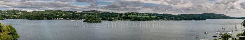 Panoramiczny widok jezioro z wioską zdjęcie stock
