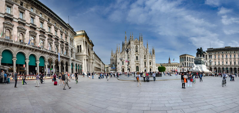 Panoramiczny widok katedra Del Duomo w Mediolan i piazza, Włochy fotografia royalty free