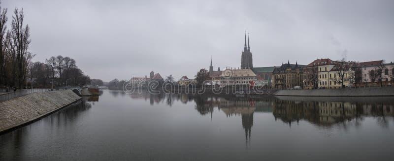 Panoramiczny widok katedra St John baptysta odbijał w Oder rzece przy zimnym mgłowym dniem Ostrow Tumski okręg wroclaw zdjęcia royalty free