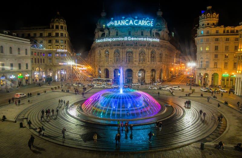 Panoramiczny widok kolorowa fontanna De Ferrari kwadrat nocą w genui, Włochy zdjęcia royalty free