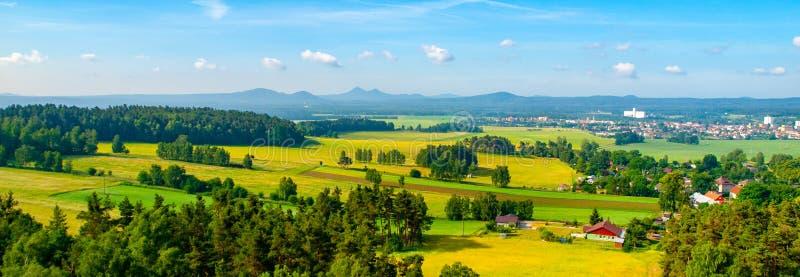 Panoramiczny widok krajobraz wokoło Bezdez kasztelu na pogodnym letnim dniu cesky krumlov republiki czech miasta średniowieczny s obraz royalty free
