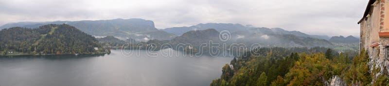 Panoramiczny widok Krwawić jezioro od Krwawiącego kasztelu w Slovenia fotografia stock