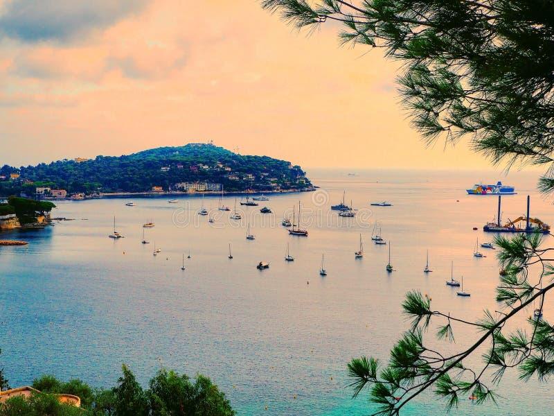 Panoramiczny widok linia brzegowa i plażowy luksusowy kurort Trzymać na dystans z jachtami, Ładny port, villefranche-sur-mer, Ład obraz stock