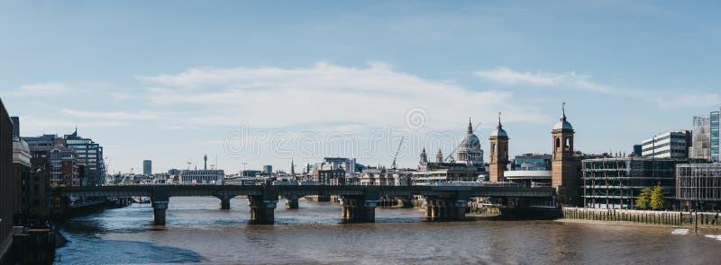Panoramiczny widok Londyńska linia horyzontu Thames od Londyn mosta i rzeka, Londyn, UK zdjęcie royalty free