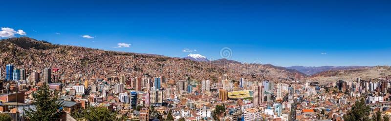 Panoramiczny widok los angeles Paz z Illimani górą - los angeles Paz, Boliwia zdjęcie royalty free