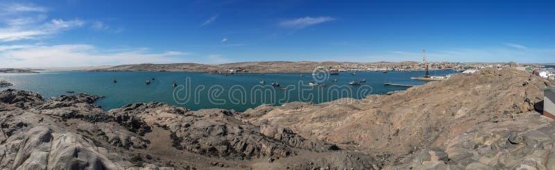 Panoramiczny widok Luderitz schronienie i swój skalisty krajobraz z wiele statkami w lagunie i łodziami, Namibia, afryka poludnio zdjęcia stock