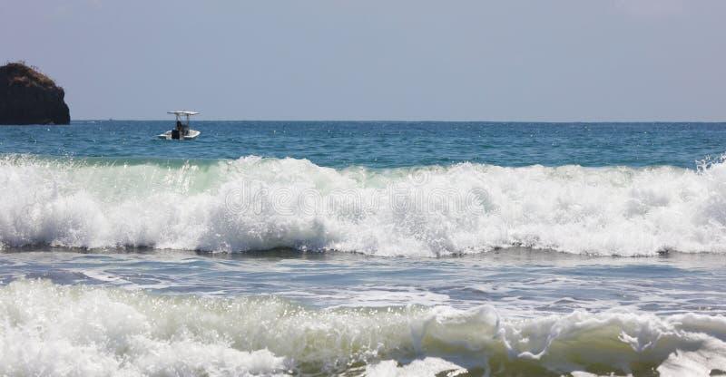 Panoramiczny widok Manuel Antonio parka narodowego plaża w Costa Rica, piękne plaże w świacie, surfingowiec wyrzucać na brzeg w A obraz royalty free