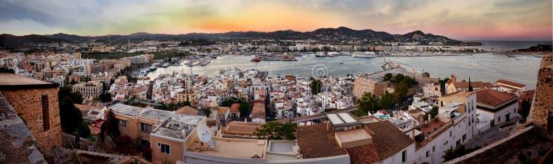 Panoramiczny widok miasto i wybrzeże od fortu Ibiza wydaje się bardzo pięknym podczas yellowish ciepłego zmierzchu światła zdjęcia stock