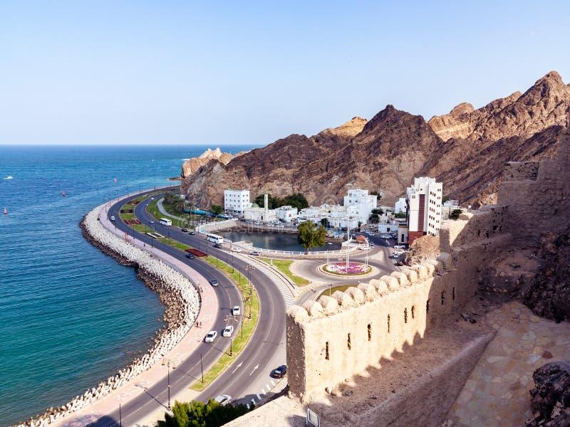Panoramiczny widok miasto Muszkatołowy kapitał Oman i wybrzeże zatoka Oman od fortu Muttrah obraz royalty free