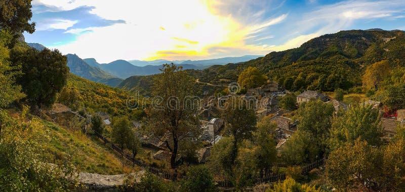 Panoramiczny widok Mikro Papigko wioska, Epirus, Grecja fotografia royalty free