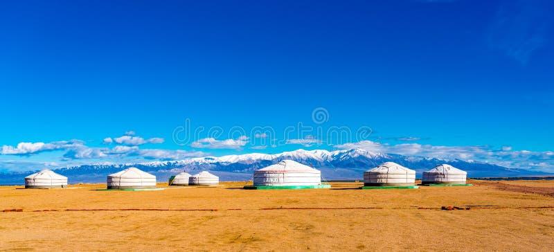 Panoramiczny widok mongolian Ger na wielkim stepie zdjęcia stock