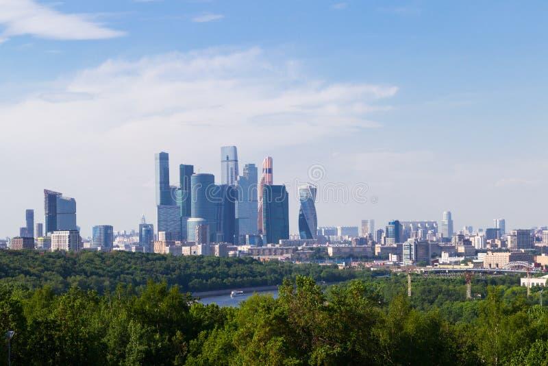 Panoramiczny widok Moskwa od Vorobyovy Krwawego miasto dzie? Kreml Moscow zewn?trznego Lato Moskwa rzeka, statek na rzece obraz royalty free