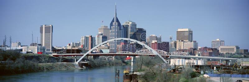 Panoramiczny widok most nad Cumberland Nashville i rzeki linią horyzontu, TN zdjęcia stock