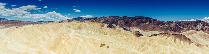 Panoramiczny widok mułowa i claystone badlands przy Zabriskie punktem Śmiertelny Dolinny park narodowy, Kalifornia usa zdjęcie stock