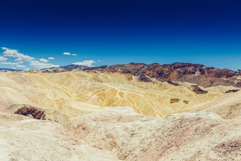 Panoramiczny widok mułowa i claystone badlands przy Zabriskie punktem Śmiertelny Dolinny park narodowy, Kalifornia usa obraz royalty free