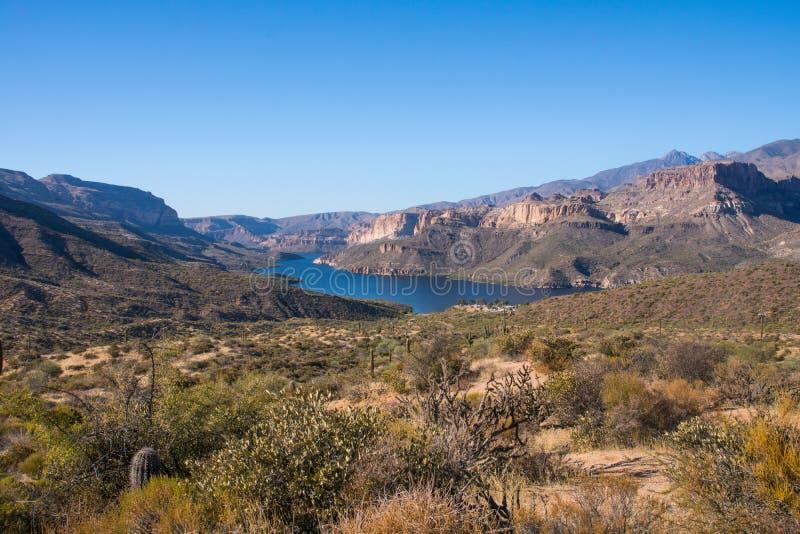 Panoramiczny widok na Apache śladzie nad kaktusem i skała krajobrazem z jeziorem obrazy royalty free