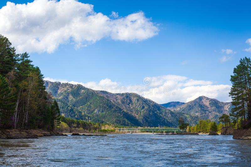 Panoramiczny widok na halnej rzece zdjęcie royalty free