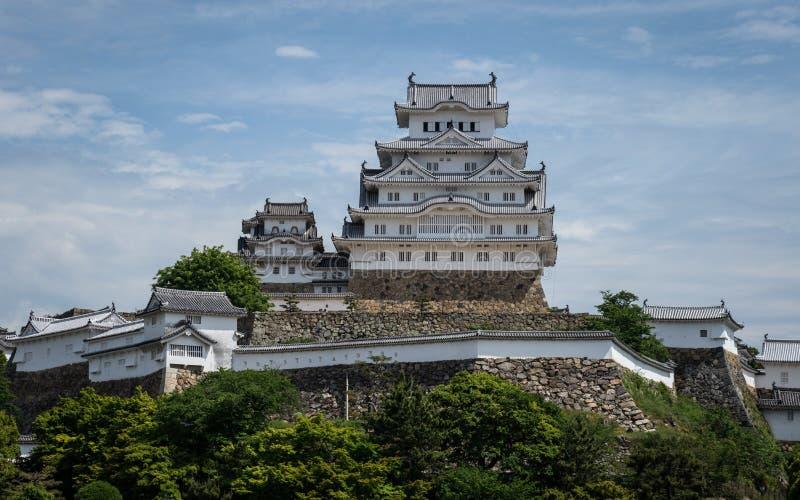 Panoramiczny widok na Himeji kasztelu na jasnym, słoneczny dzień z wiele zieleń wokoło Himeji, Hyogo, Japonia, Azja obraz royalty free