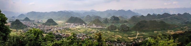 Panoramiczny widok na majestatycznych dolinach od brzęczenia giang Dong Van i górach, brzęczenia Giang prowincja, Wietnam fotografia royalty free