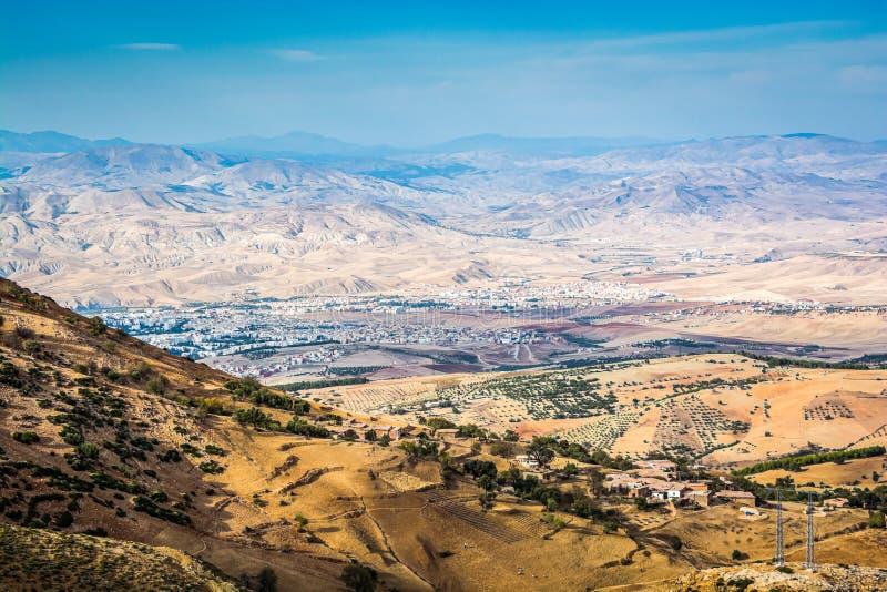 Panoramiczny widok na mieście Taza w Maroko park narodowy Tazekka obraz royalty free