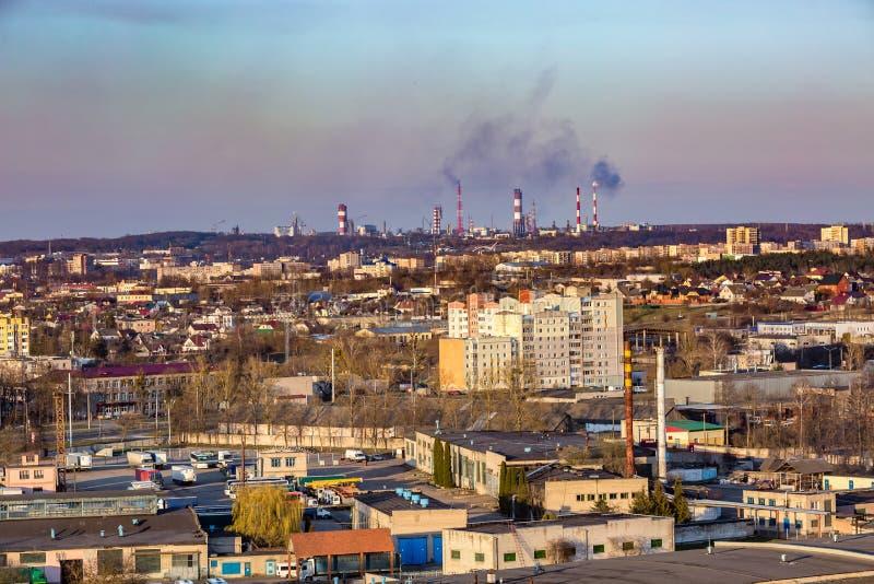 Panoramiczny widok na nowego kwartalnego wieżowa terenu rozwoju wielkomiejskiego mieszkaniowej ćwiartce w wieczór od ptaka oka zdjęcia stock