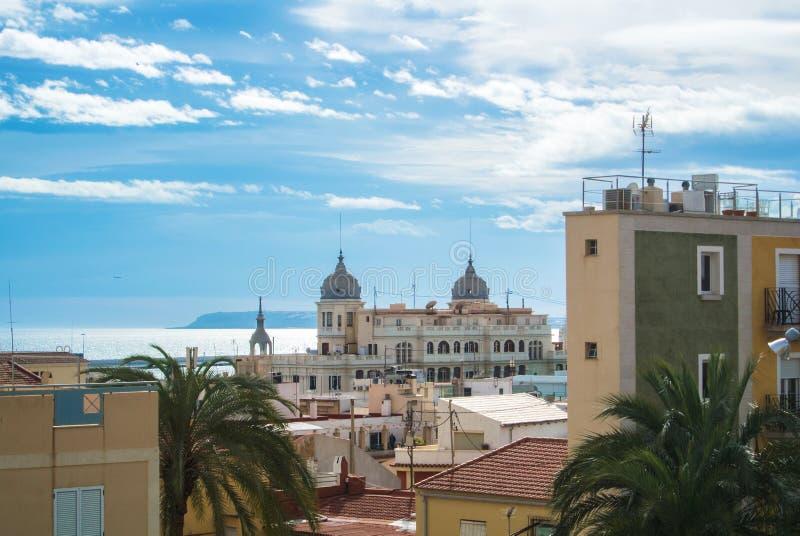Panoramiczny widok nad dachami Alicante, budynki zbliża deptaka i morze śródziemnomorskie obrazy royalty free